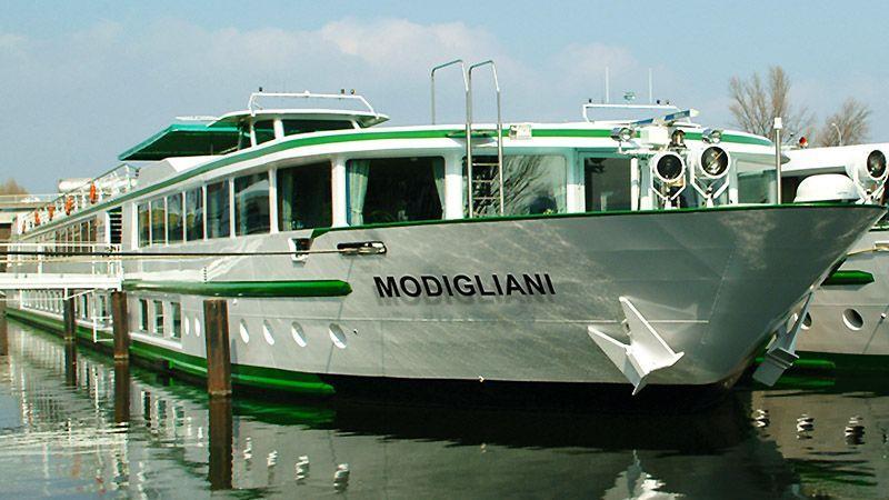 Barco Modigliani en el muelle